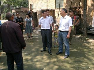 李部长要求村干部要带头帮扶村里贫困家庭